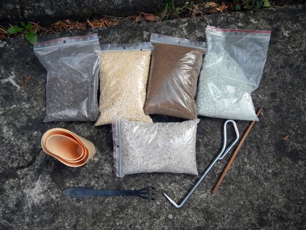 Przygotowane podłoża, miarki, patyczek, hak do wyciągnięcia długich korzeni z bryły