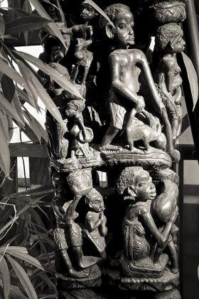 Rzeźba o wadze 70 kg z Afryki przestawiająca drzewo genealogiczne jednego z rodów.